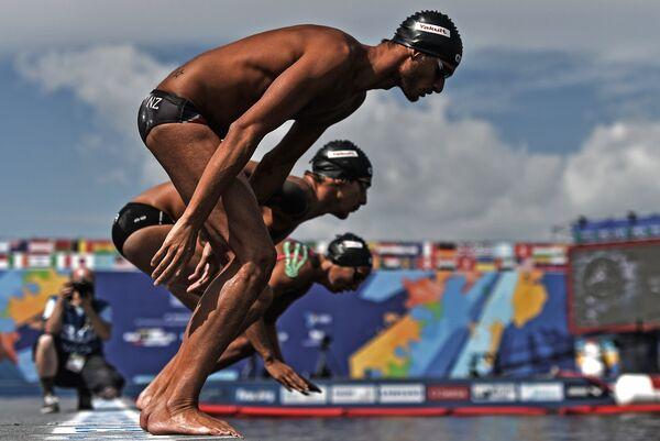 Итальянские спортсмены Ракель Бруни, Симоне Эрколи и Федерико Ванелли перед стартом соревнований по плаванию на открытой воде