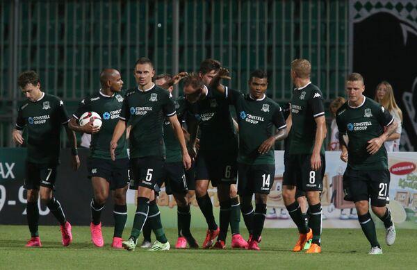 Игроки ФК Краснодар радуются забитому голу