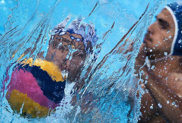 Слева направо: Иван Нагаев (Россия) и Франческо Фульвио (Италия) в матче первого предварительного раунда по водному поло среди мужчин между сборными России и Италии