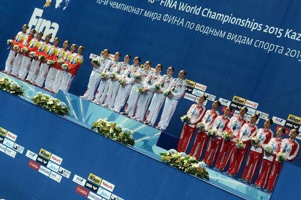 Синхронистки сборной Китая, синхронистки сборной России, синхронистки сборной Японии (слева направо)