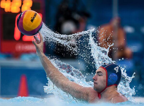 Игорь Бычков (Россия) во время матча первого предварительного раунда по водному поло среди мужчин