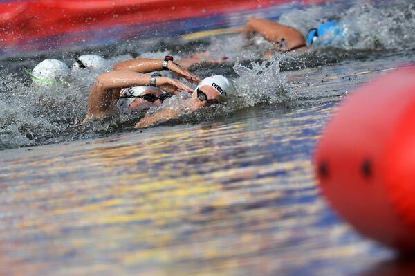 Спортсменки на дистанции 25 км на открытой воде