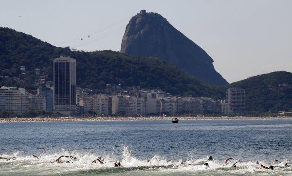 Участники тестовых соревнований к Олимпийским играм 2016 года на пляже Копакабана в Рио-де-Жанейро