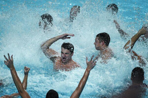 Cборная команда Сербии по водному поло радуется победе