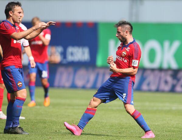 Хавбеки ЦСКА Зоран Тошич и Бибрас Натхо (справа налево) радуются своему забитому голу