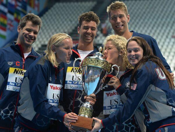 Спортсмены сборной США, ставшие лучшей командой XVI чемпионата мира по водным видам спорта в Казани