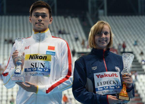 Сунь Ян (КНР) и Кэти Ледеки (США), ставшие лучшим пловцом и лучшей пловчихой XVI чемпионата мира по водным видам спорта в Казани