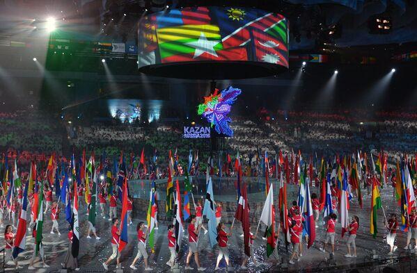 Парад флагов на церемонии закрытия XVI чемпионата мира по водным видам спорта в Казани