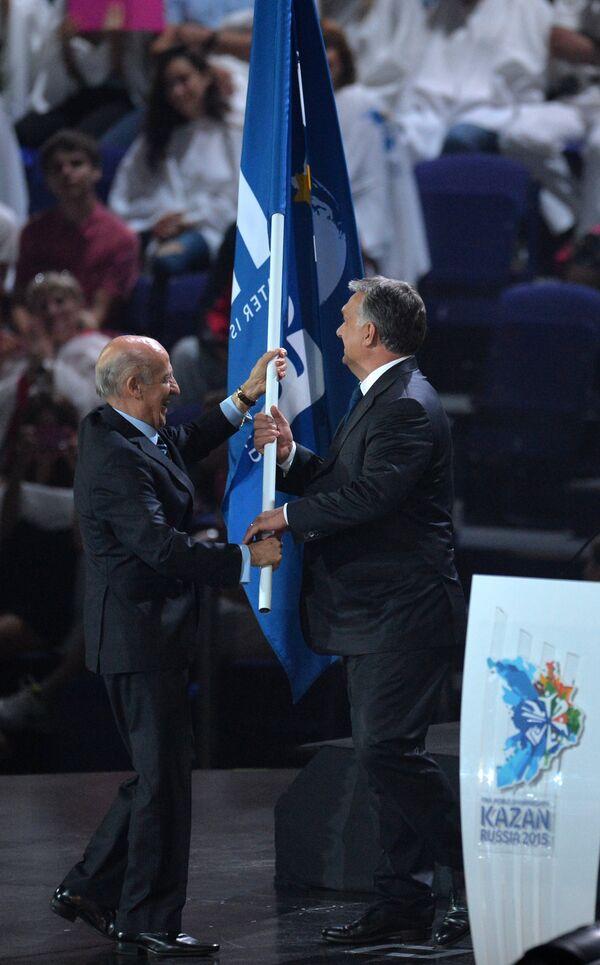 Премьер-министр Венгрии Виктор Орбан (справа) и президент ФИНА Хулио Маглионе