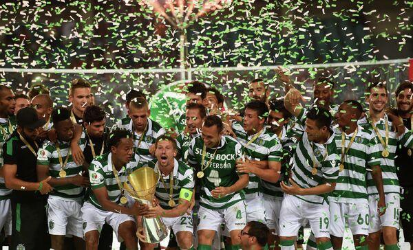 Футболисты Спортинга радуются победе в Суперкубке Португалии