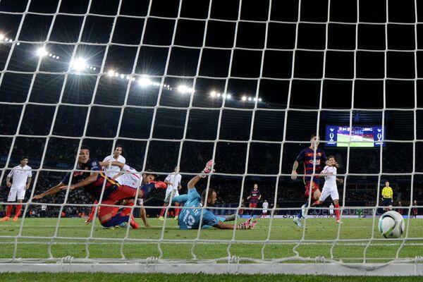 Полузащитник Барселоны Рафинья (слева) забивает гол в ворота голкипера Севильи Бету