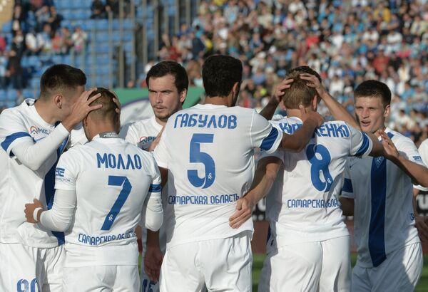 Игроки ФК Крылья Советов радуются забитому голу