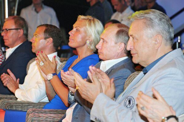 Президент России Владимир Путин (второй справа) и председатель правительства России Дмитрий Медведев (второй слева) во время посещения международного турнира по профессиональному боевому самбо по версии Лига S-70 Плотформа S-70 в Сочи
