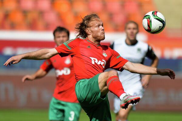 Защитник Локомотива Виталий Денисов