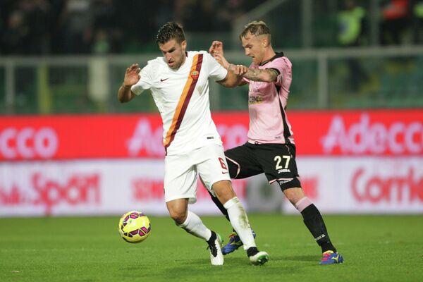 Полузащитник итальянской Ромы и сборной Нидерландов по футболу Кевин Стротман (слева)