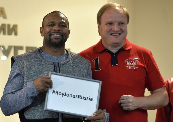 Американский боксер Рой Джонс-младший (слева) и менеджер и промоутер Владимир Хрюнов