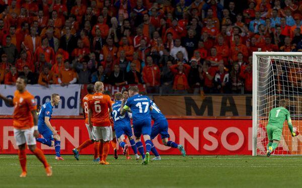 Футболисты сборной Исландии празднуют забитый мяч в ворота команды Нидерландов