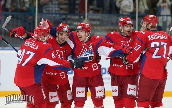 Игроки ХК Локомотив (Ярославль) радуются заброшенной шайбе