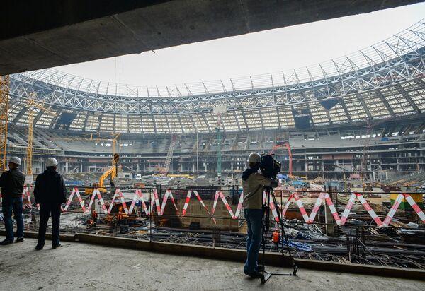 Журналисты на строительной площадке Большой Спортивной Арены Лужники в Москве