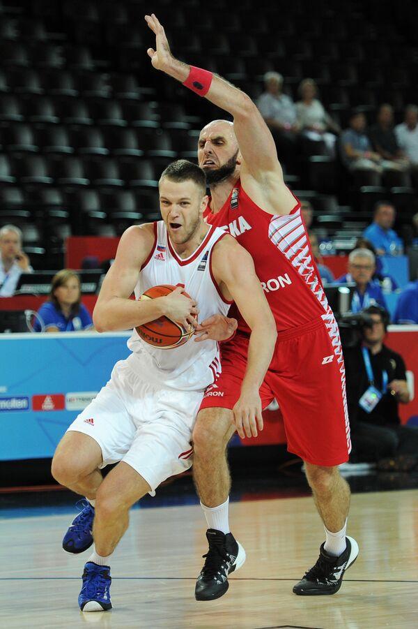 Центровые сборной России по баскетболу Андрей Зубков и сборной Польши Марцин Гортат (слева направо)