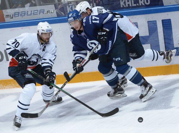 Нападающий Медвешчака Радек Смоленяк и защитник Динамо Юусо Хиетанен (слево направо)