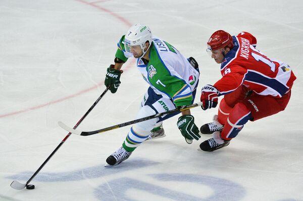 Нападающий Салавата Юлаева Энвер Лисин (слева) и форвард ЦСКА Дмитрий Кугрышев