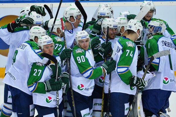 Игроки ХК Салават Юлаев радуются победе