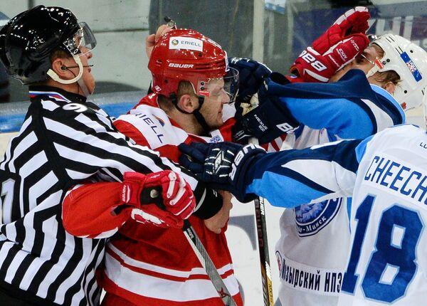 Нападающий Спартака Игорь Радулов (слева) и защитник Динамо Олег Горошко