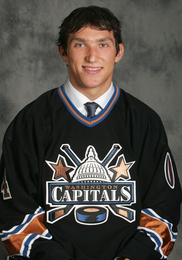 Нападающий Александр Овечкин, выбранный клубом НХЛ Вашингтон Кэпиталз под первым номером драфта, июль 2004 года