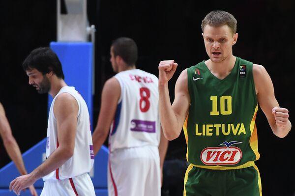 Баскетболист борной Литвы Реналдас Сейбутис (справа)
