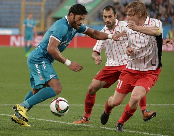 Нападающий ФК Зенит Халк и игроки ФК Амкар Петар Занев и Дмитрий Белоруков (слева направо)