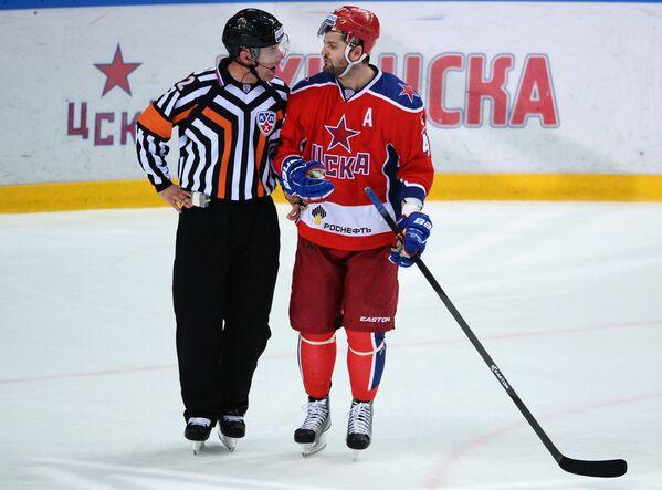 Форвард ЦСКА Александр Радулов (справа)
