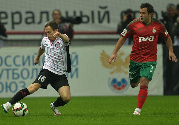 Полузащитник Амкара Сергей Баланович (слева) и полузащитник Локомотива Алан Касаев