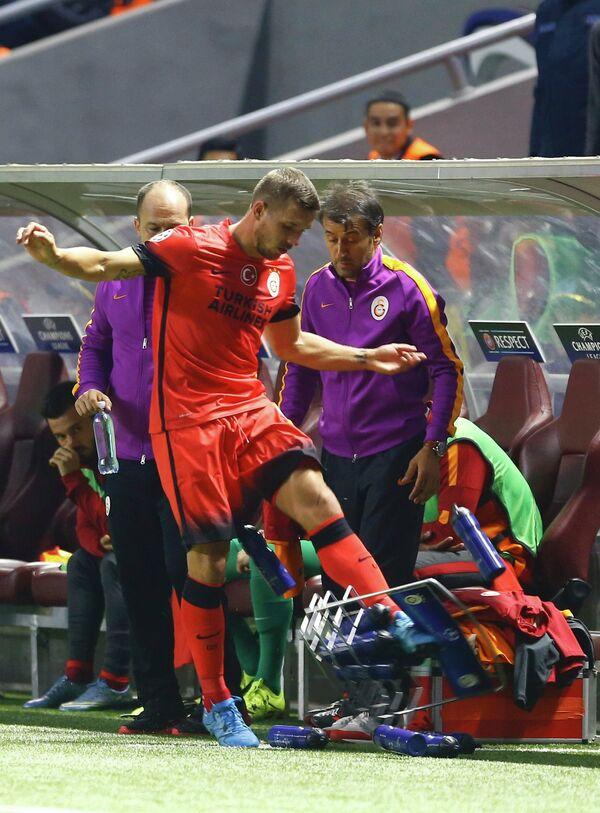 Немецкий футболист Лукас Подольски  (в центре)
