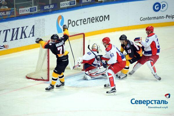 Форвард ХК Северсталь Сергей Монахов (слева)