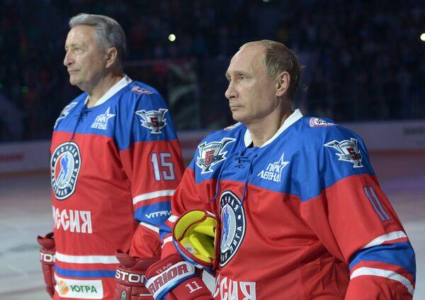 Президент РФ Владимир Путин (справа), президент Ночной хоккейной лиги (НХЛ) Александр Якушев