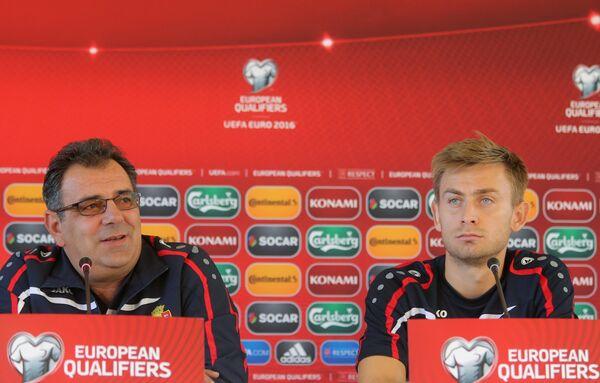 Главный тренер сборной Молдавии по футболу Штефан Стойка (слева)