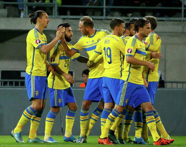 Футболисты сборной Швеции радуются забитому мячу Златана Ибрагимовича