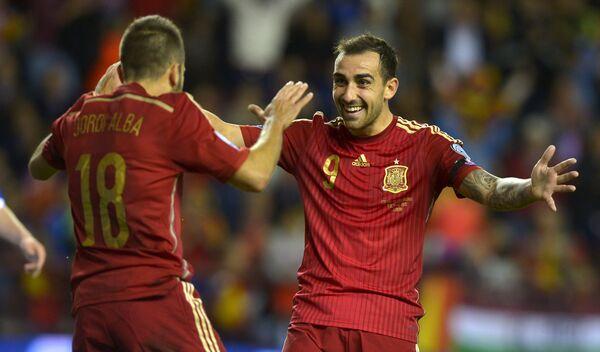 Футболисты сборной Испании по футболу Хорди Альба и Пако Алькасер (слева направо)