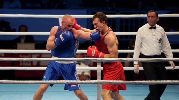 Российский боксер Павел Силягин (в красном)