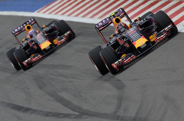 Гонщик команды Ред Булл Даниил Квят (справа) и гонщик команды Ред Булл Дэниел Риккьярдо