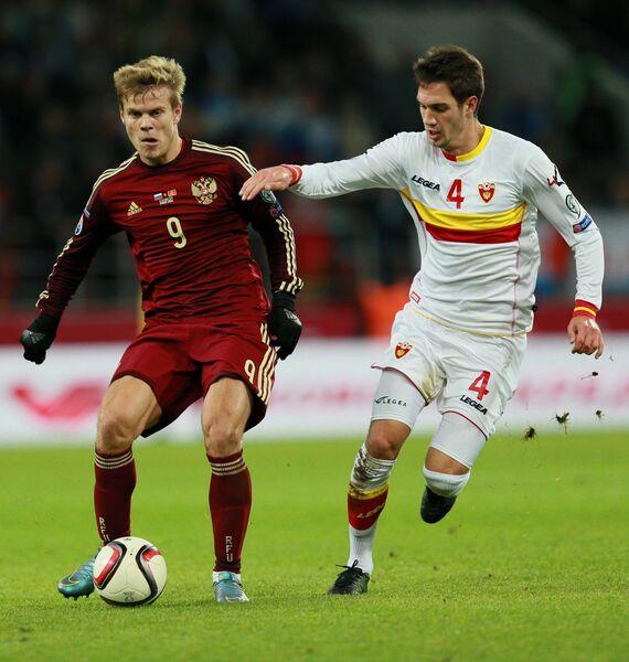 Нападающий сборной России Александр Кокорин (слева) и защитник сборной Черногории Никола Вукчевич