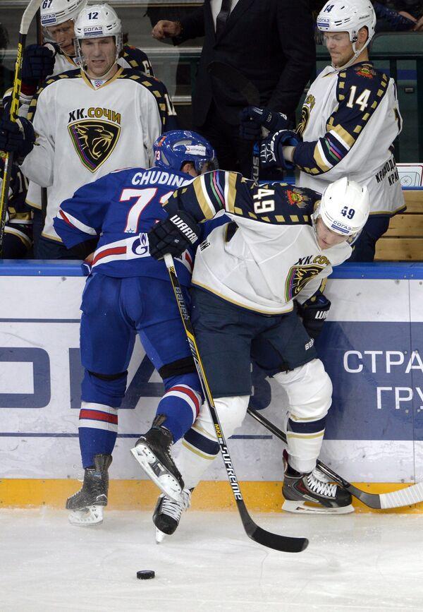 Защитник СКА Максим Чудинов (слева) и форвард Сочи Бен Максвелл