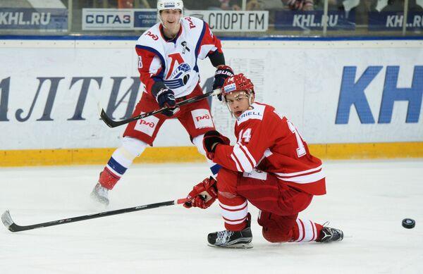 Форвард Локомотива Владислав Картаев (слева) и защитник Спартака Виктор Балдаев
