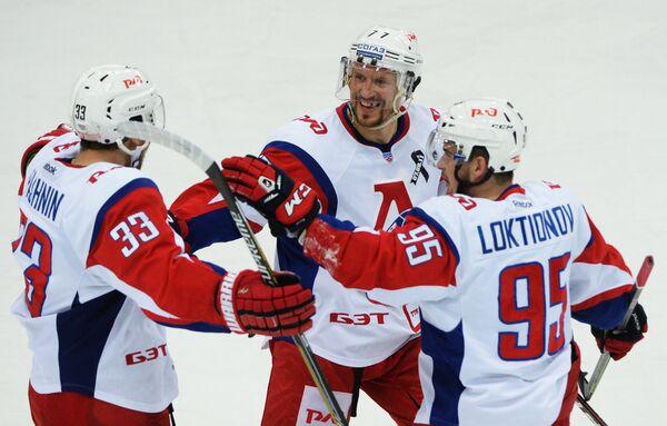 Игроки Локомотива Михаил Пашнин, Илья Горохов и Андрей Локтионов (слева направо) радуются заброшенной шайбе