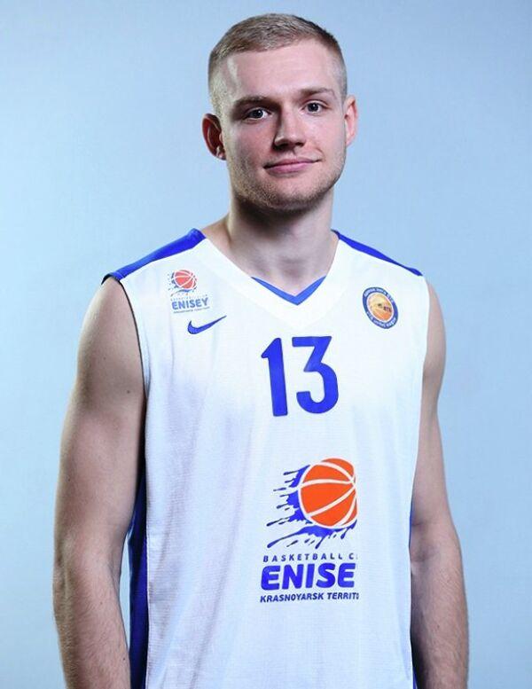 Атакующий защитник БК Енисей Денис Захаров