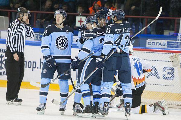 Игроки ХК Сибирь радуются заброшенной шайбе