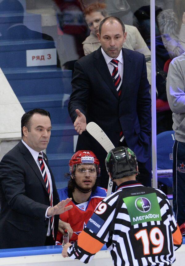 И.О. главного тренера СКА Сергей Зубов (справа на втором плане)