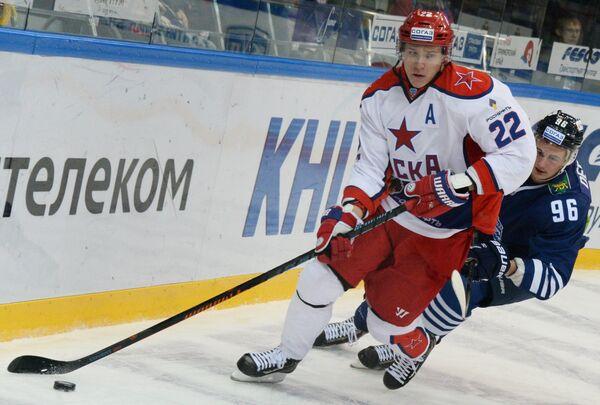 Защитник ЦСКА Никита Зайцев (слева) и форвард Адмирала Андрей Дергунов