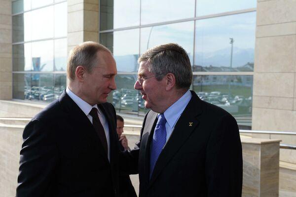 Президент России Владимир Путин (слева) и президент МОК Томас Бах